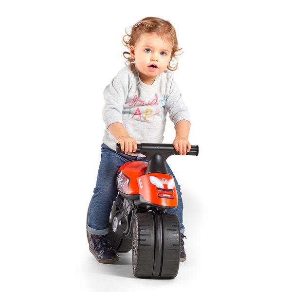 Kleines spielendes Mädchen mit Laufrad Motorrad Dakar 406D