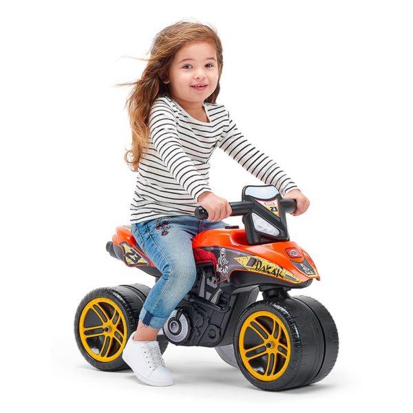 Niño jugando con Moto Correpasillos Dakar Falk Toys506D