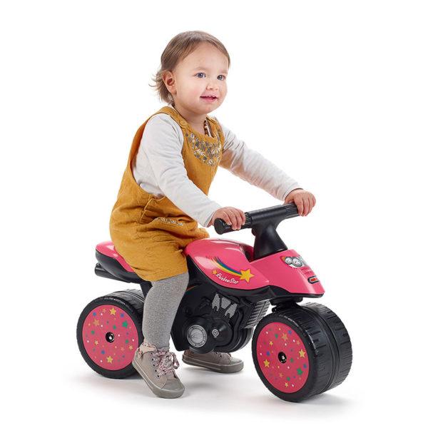Enfant jouant avec Draisienne Moto Rainbow Star 428