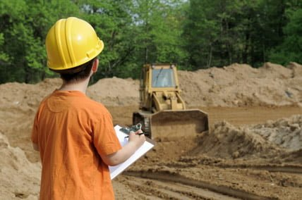 enfant regardant un engin de chantier