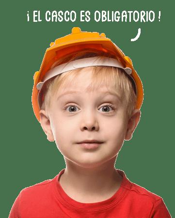 garçon avec un casque de chantier