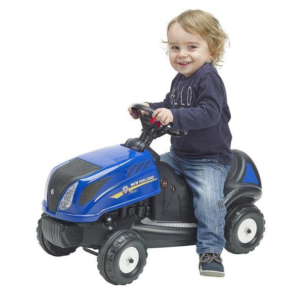 Enfant jouant avec Porteur Tracteur New Holland 3070