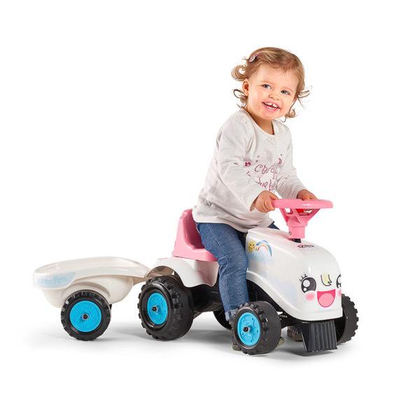 Enfant jouant avec porteur tracteur Rainbow Farm Falk Toys 206B