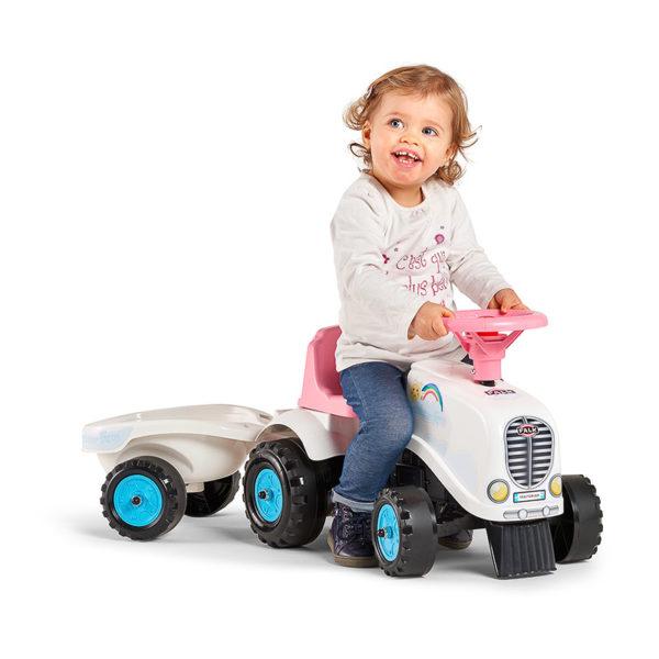 Petite fille jouant avec porteur tracteur Rainbow Farm 206B