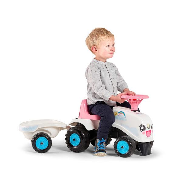 Petit garçon jouant avec porteur tracteur Rainbow Farm 206B