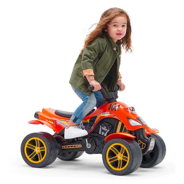 Kleines spielendes Mädchen auf Quad mit Pedalen Dakar Falk Toys 606D
