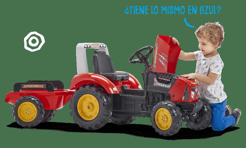 Enfant soulevant le capot de sont petit tracteur