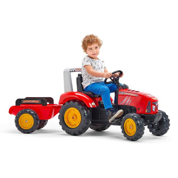 Enfant jouant avec tracteur à pédales Supercharger 2020AB