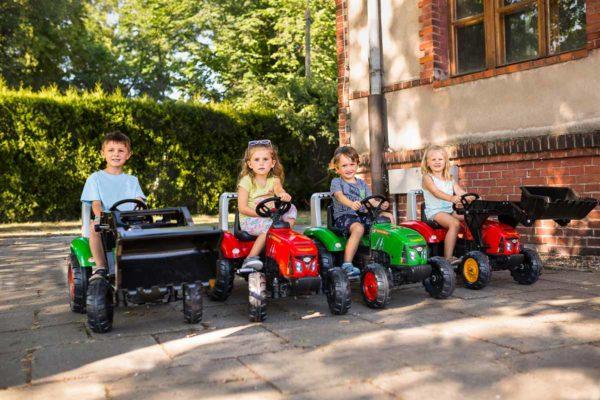 Enfants jouant avec tracteur à pédales Supercharger 2020AB et autre tracteur en plein air