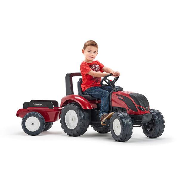 Niño jugando con Tractor Valtra de pedal 4000AB