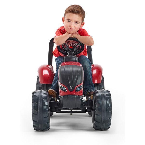 Pequeño jugando con Tractor Valtra de pedal 4000AB