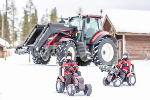 Enfants jouant avec Tracteur à pédales Valtra Falk Toys 4000AB en plein air