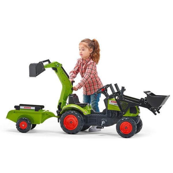 Enfant jouant avec Tractopelle à pédales Claas Falk Toys 2040N