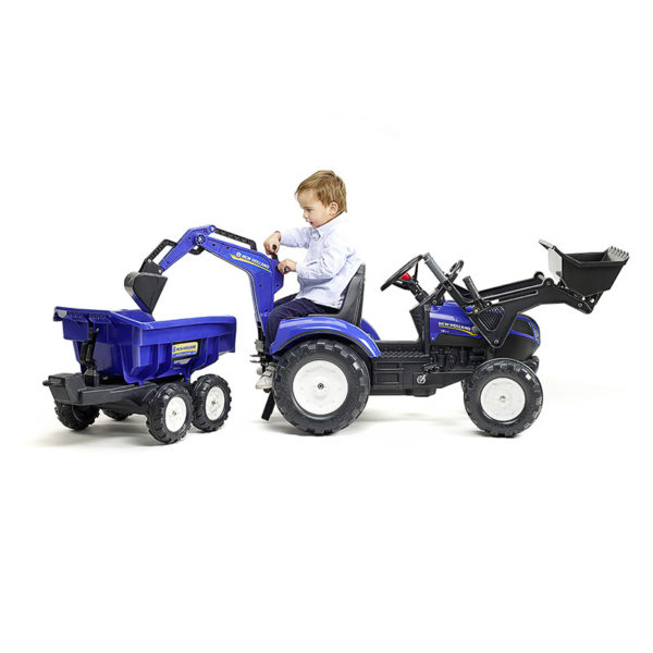 Enfant jouant avec Tractopelle New Holland Falk Toys 3090W