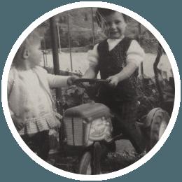 vielle photo d'un enfant avec un tracteur Falk Toys